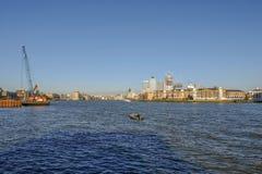 看法从入口到在泰晤士河的Shadwell盆地 免版税图库摄影