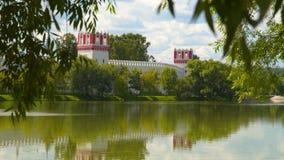 看法从在Novodevichy女修道院的树的后面 免版税库存图片