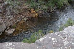 看法从开始平旋桥的一个末端在秋天小河秋天的在田纳西 免版税库存照片