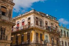 看法从新:房子的经典之作和与云彩的蓝天 哈瓦那 古巴 免版税库存图片