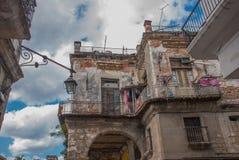 看法从新:房子的经典之作,绳索垂悬的衣物和干燥的阳台的,与云彩的蓝天 图库摄影