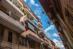 看法从新:通常设有暗门的妓院,垂悬衣物和干燥的绳索的阳台的,与云彩的蓝天 H 库存照片