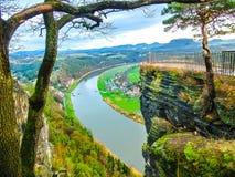 看法从Bastei观点在撒克逊人的瑞士德国向镇Wehlen和河易北河 库存照片