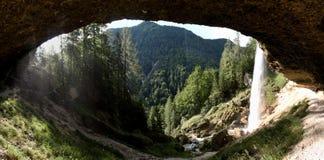 看法从Pericnik瀑布的后面在特里格拉夫峰国家公园在朱利安阿尔卑斯山 免版税库存图片