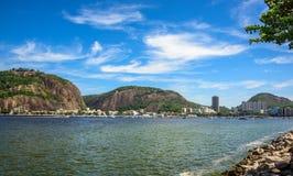 看法位于瓜纳巴拉岸和豪华游艇俱乐部的Morro da Urca,博塔福戈邻里在里约热内卢咆哮 库存图片