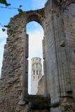 看法低谷在哥特式教会被破坏的墙壁的窗口  免版税图库摄影