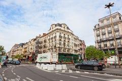 看法其中一条有汽车和人的城市街道 库存图片