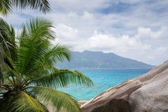 看法到一个另一个热带海岛在印度洋 免版税库存照片