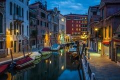 看法到一条小运河里在威尼斯在晚上 库存照片