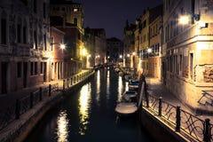 看法到一条小运河里在威尼斯在晚上 免版税库存图片