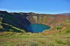 看法到与它的蓝色湖的Kerid火山口里底部的作为著名金黄Circl的部分 库存图片