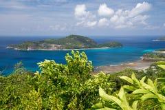看法到另一个海岛在有很多绿色的印度洋 库存图片
