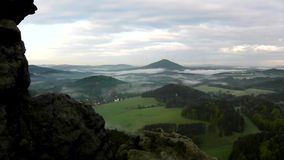 看法到在观点下的有雾的谷里在漂泊萨克森瑞士 雾移动在小山之间 股票录像