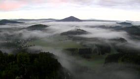 看法到在观点下的有雾的谷里在漂泊萨克森瑞士 雾移动在小山之间 影视素材