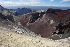 看法到红色火山口里 图库摄影