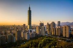 看法台北101和在日落的台北地平线,从Elepha 免版税库存图片