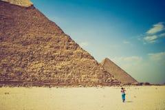 看法吉萨棉金字塔和摄影师旅游近他们 埃及 开罗 图库摄影