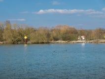 看法向一条空的河在春天 库存照片