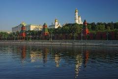 看法向克里姆林宫、大教堂和钟楼和莫斯科河 图库摄影