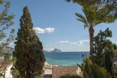 看法向在白色西班牙房子在阿尔特阿,科斯塔布朗卡的海 免版税图库摄影
