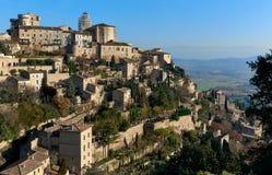 看法向戈尔代,是一个美丽的小山顶村庄在法国 图库摄影