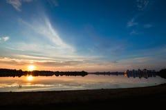 看法向有反射和蓝色多云天空的河, 库存图片