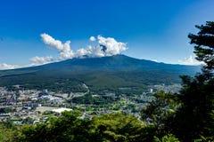 看法向有城市的富士山在与蓝天和云彩的夏天 免版税库存照片