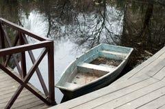 看法向有小船的一个池塘 库存图片