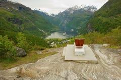 看法向有游轮的美丽的Geiranger海湾从女王/王后` s Sonja椅子在Geiranger,挪威 图库摄影