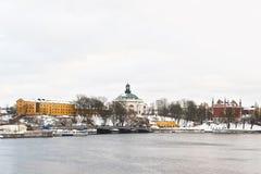 看法向江边和冬天Skeppsholmen斯德哥尔摩 库存图片