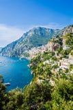 看法向波西塔诺,阿马尔菲海岸,意大利 免版税图库摄影