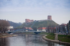 看法向涅里斯河河, Mindaugas桥梁和Gediminas耸立 图库摄影