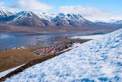 看法向从上面小山的朗伊尔城,斯瓦尔巴特群岛 图库摄影