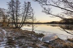 看法向12月时间的湖在芬兰 库存照片