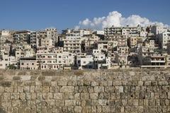 看法向从雷梦与云彩的黎波里,黎巴嫩的de圣徒吉勒斯城堡的贫民窟  免版税图库摄影
