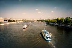 看法向从Andreevsky Pushkinsky桥梁的莫斯科河 免版税库存照片