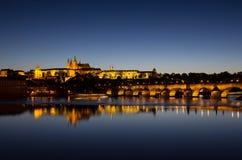 看法向Hradschin城堡、圣Vitus大教堂和查理大桥在布拉格在夜之前 库存照片