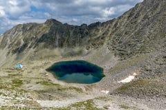 看法向Ledenoto从穆萨拉峰峰顶, Rila山,保加利亚的Ice湖 库存图片