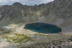 看法向Ledenoto从穆萨拉峰峰顶, Rila山,保加利亚的Ice湖 免版税图库摄影
