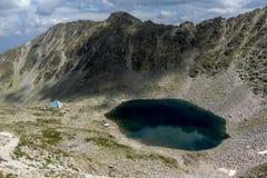看法向Ledenoto从穆萨拉峰峰顶, Rila山,保加利亚的Ice湖 库存照片