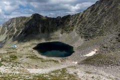看法向Ledenoto从穆萨拉峰峰顶, Rila山,保加利亚的Ice湖 免版税库存图片
