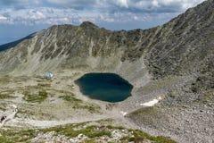 看法向Ledenoto从穆萨拉峰峰顶, Rila山,保加利亚的Ice湖 免版税库存照片