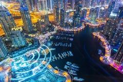 看法在夜突出了豪华迪拜小游艇船坞摩天大楼、海湾和散步在迪拜,阿联酋 库存照片
