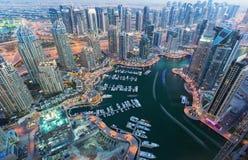 看法在夜突出了豪华迪拜小游艇船坞,迪拜,阿联酋 库存图片