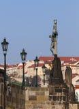 看法在查尔斯桥梁,雕象圣十字架,受难象 布拉格 cesky捷克krumlov中世纪老共和国城镇视图 图库摄影