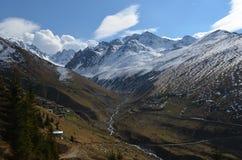 看法在黑海地区火鸡的多雪的山 免版税库存图片