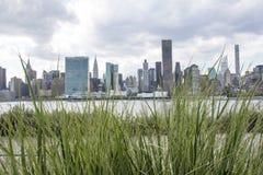 看法在从长岛市夏令时,纽约,美利坚合众国的曼哈顿 免版税库存照片