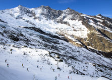 看法在Felskinn雪体育在Saas费附近从上面寻址 免版税库存图片
