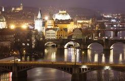 看法夜桥梁在布拉格 cesky捷克krumlov中世纪老共和国城镇视图 免版税图库摄影