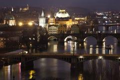 看法夜桥梁在布拉格 cesky捷克krumlov中世纪老共和国城镇视图 库存图片